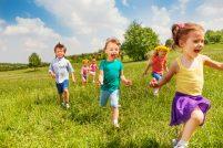 børn løber forår